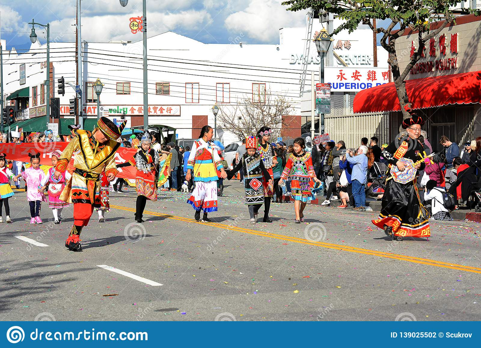 Thailändische Tänzer im bunten traditionellen Kostüm bei goldenen Dragon Parade, das Chinesische Neujahrsfest feiernd