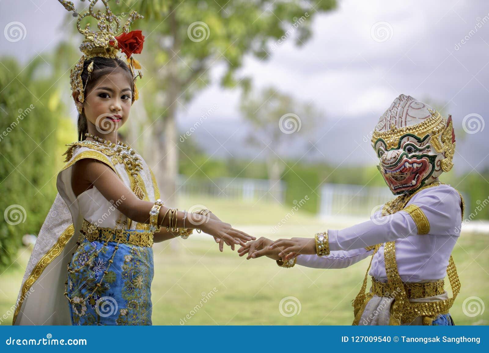 Thailändisches Mädchen kleidete in khon Kleid an
