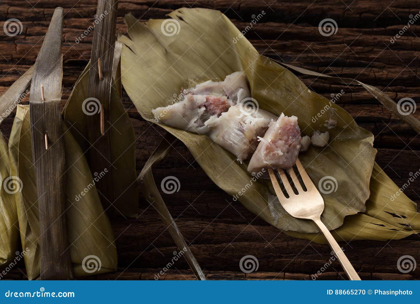 Thailändisches Nachtischbananenblatt geschmackvoll auf hölzernem Hintergrund
