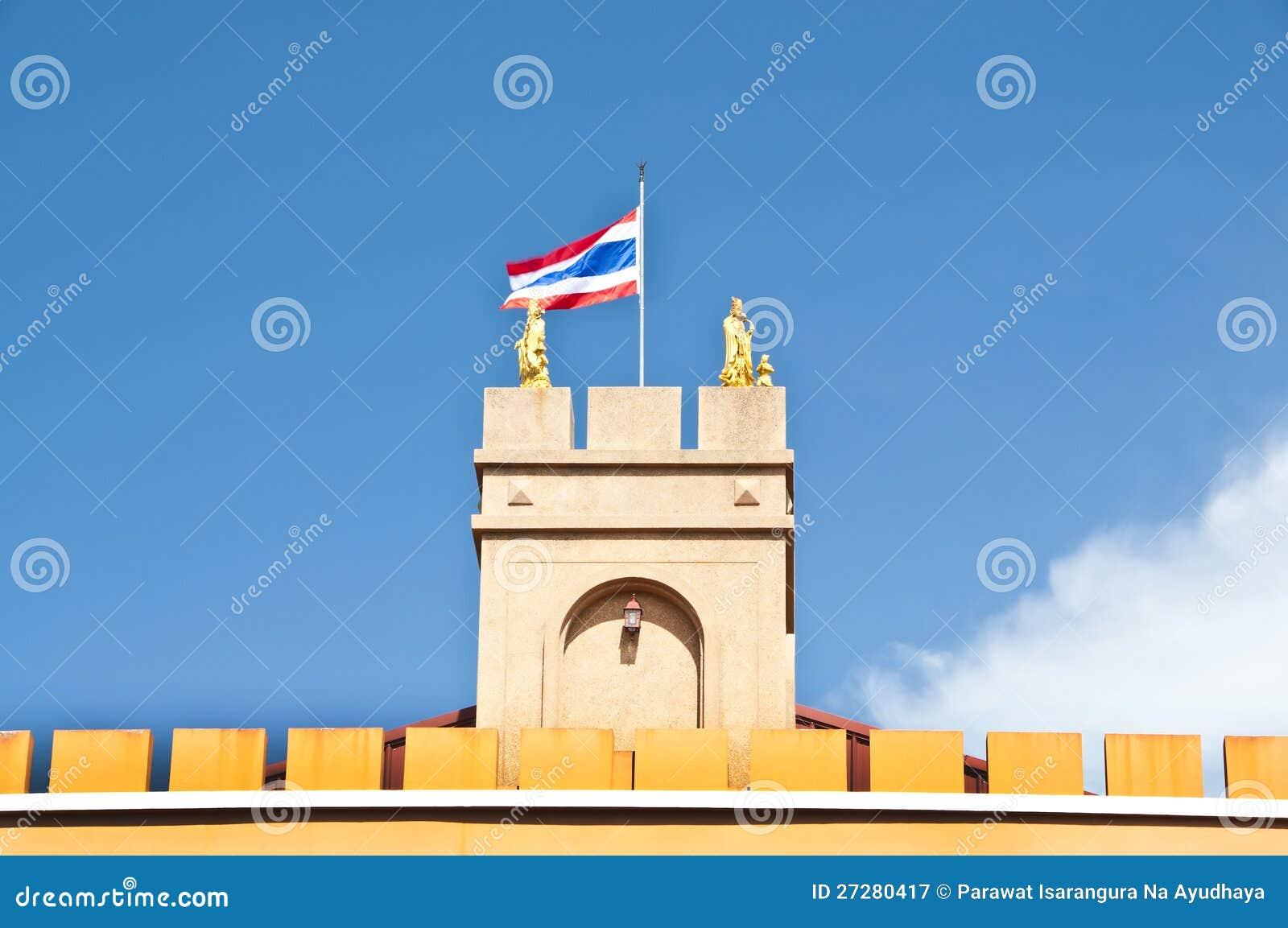Thailändsk flagga på tornet.
