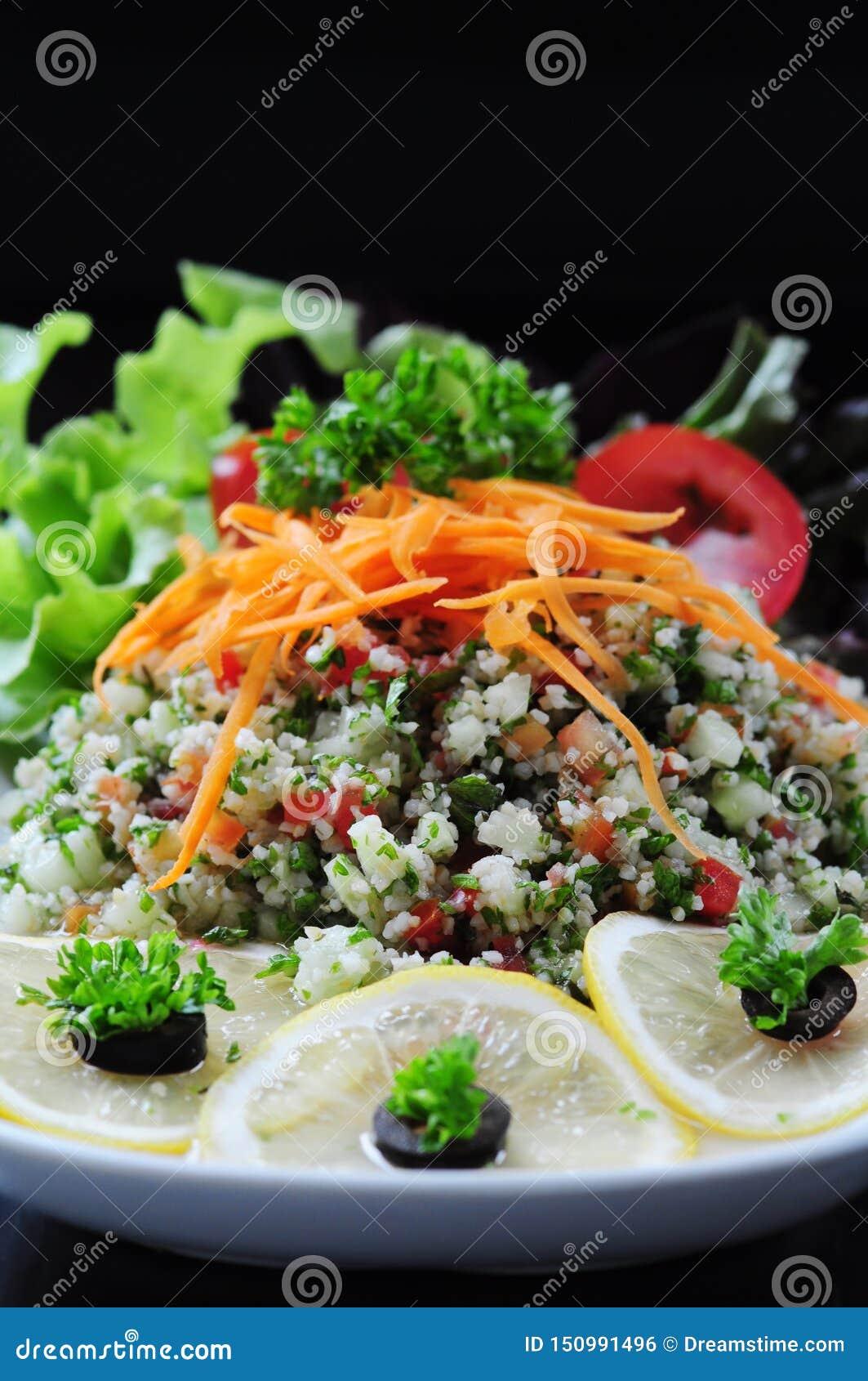 Thailändsk grönsaksallad med en svart bakgrund