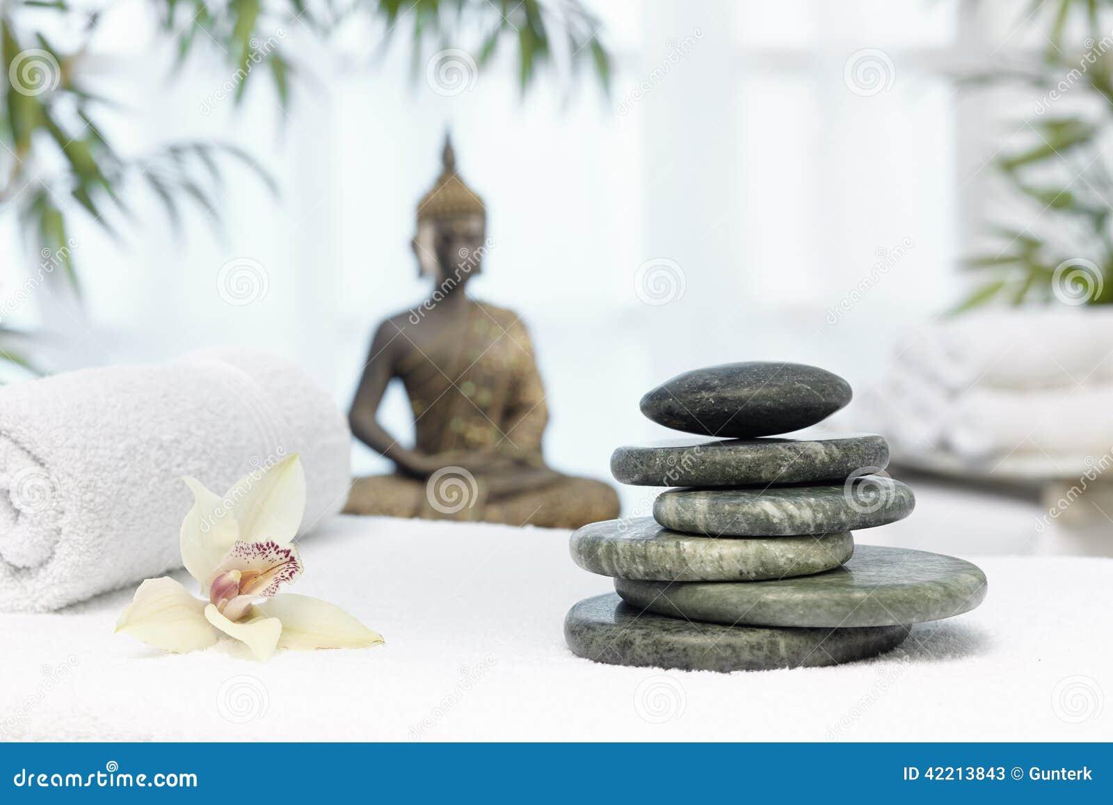 Thailändsk massage med massagestenar