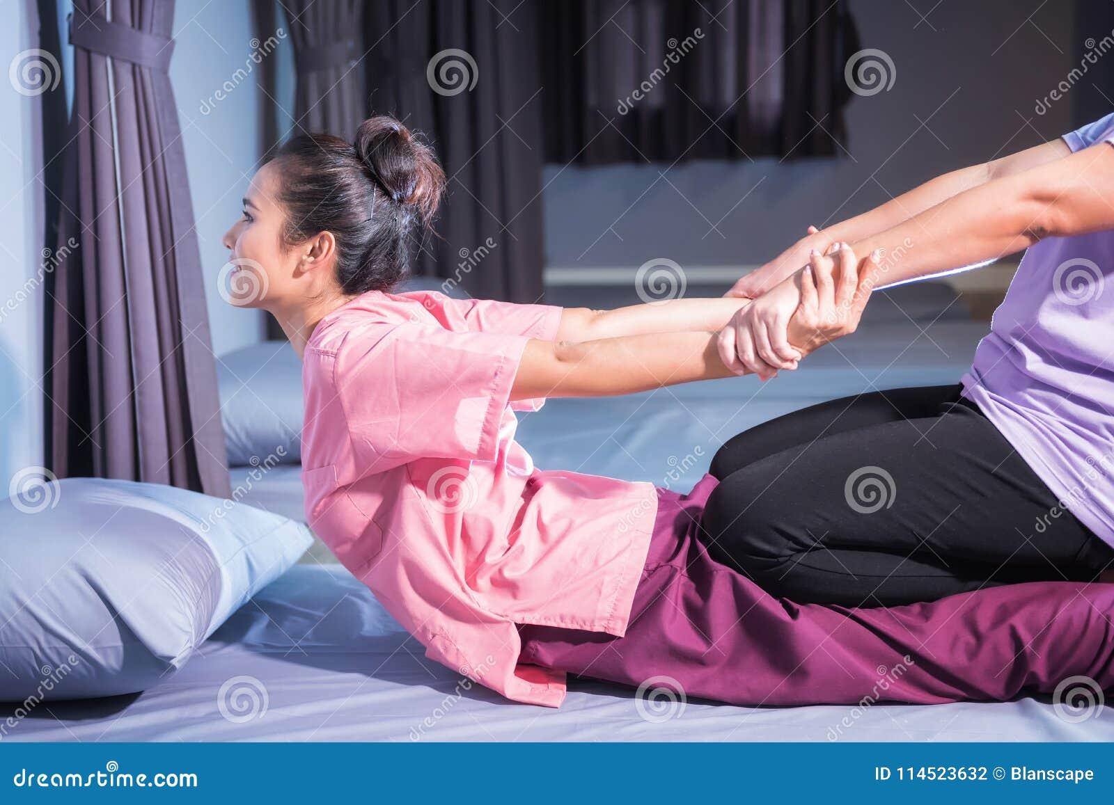 Thailändsk massage vid elasticitet tillbaka och händer