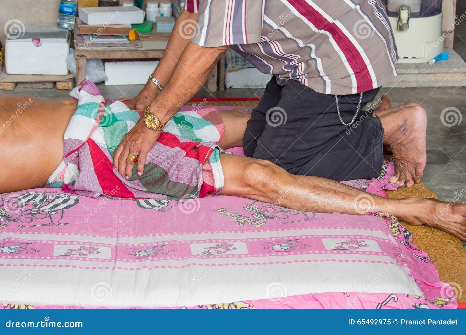 Thailändsk massagist som gör massage