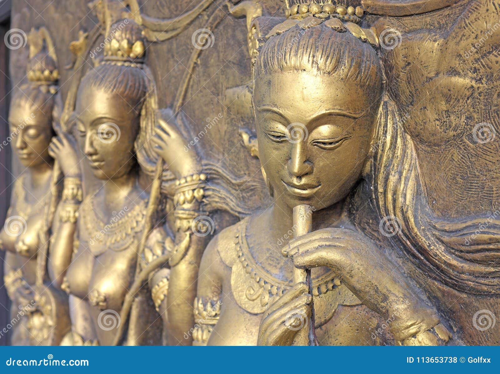 Thailändsk skulptur för infödd kultur på tempelväggen