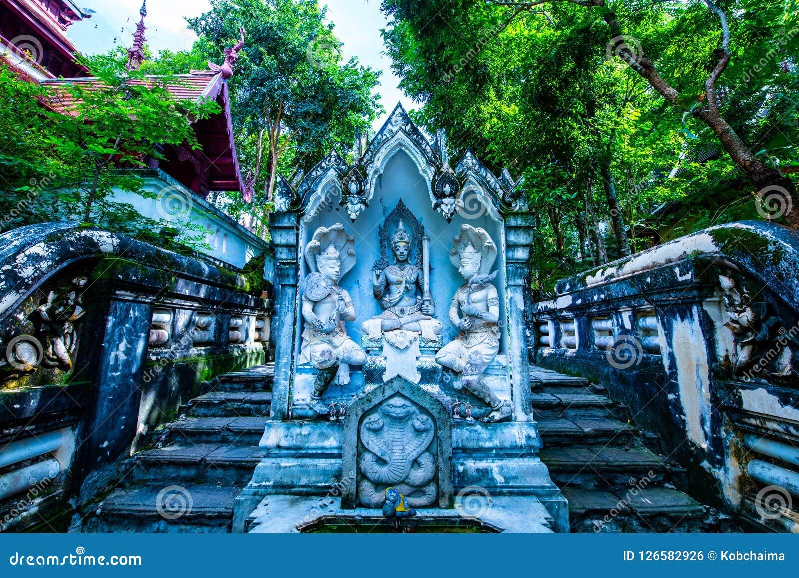 Thailändsk stilängelstaty i den Analyo Thipayaram templet