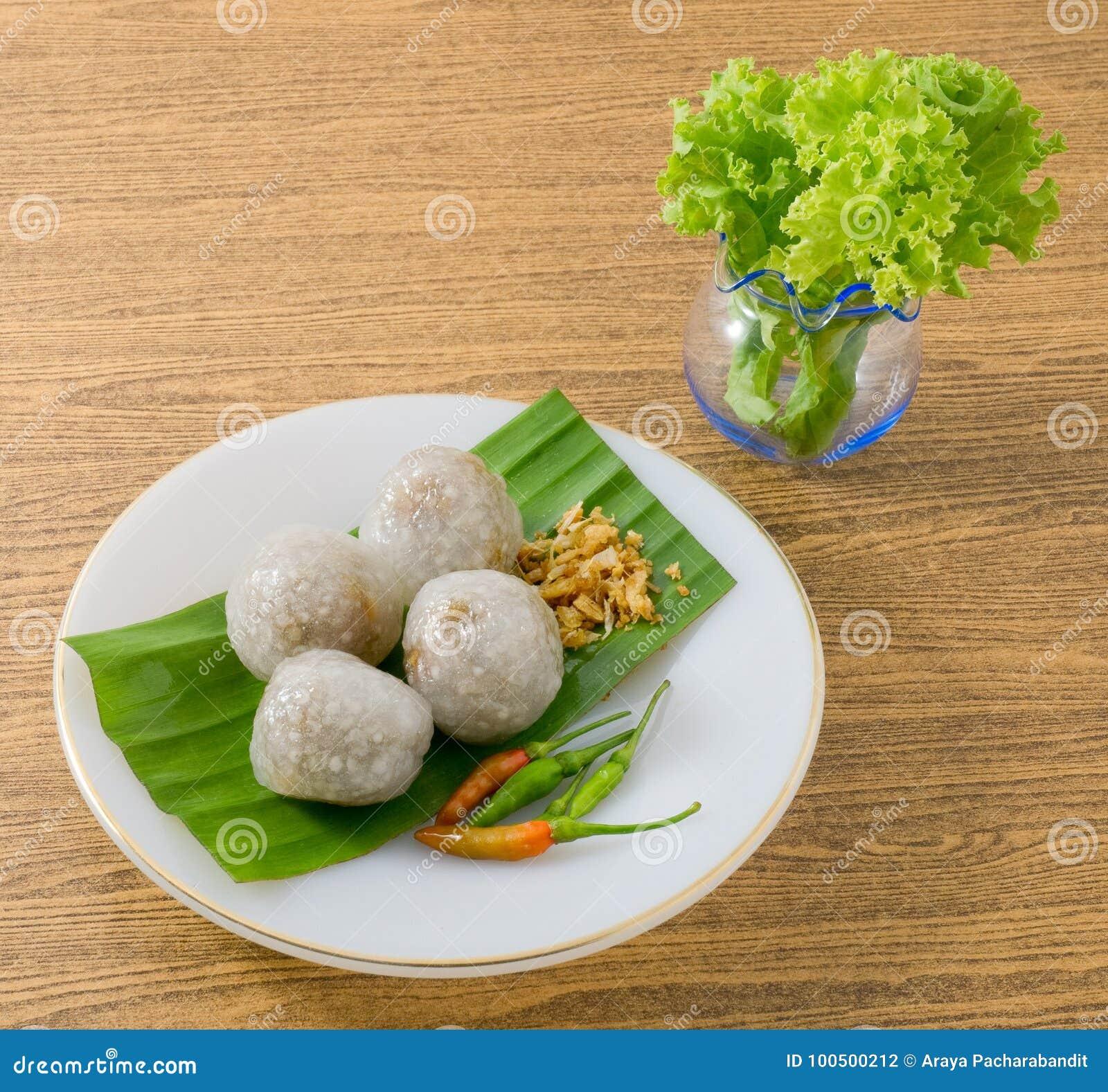 Thailändska ångade tapiokabollar som tjänas som med grönsallatsidor