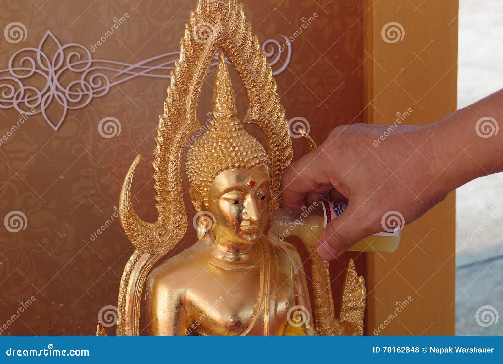 Thailändska traditionella i Songkran festivaler häller vatten till Bhudda