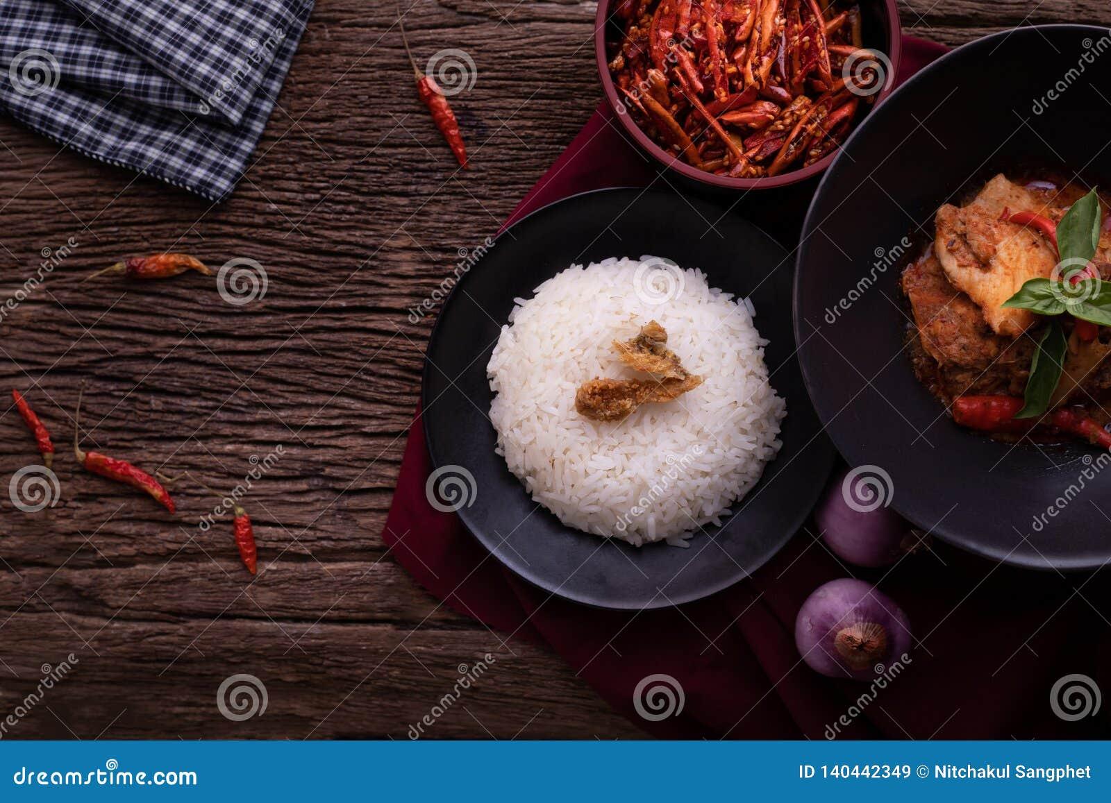 Thailändskt köksbord med torkad röd grisköttkokosnötcurry