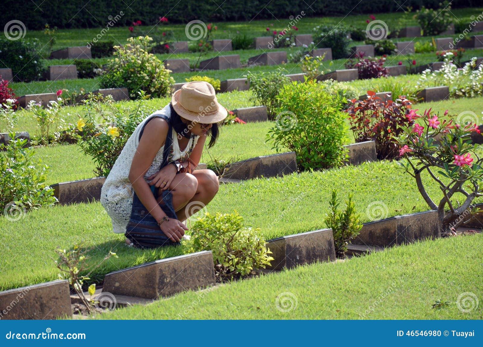 Thailändskt kvinnaläsningord på kyrkogården för gravstenKanchanaburi krig (Don Rak)
