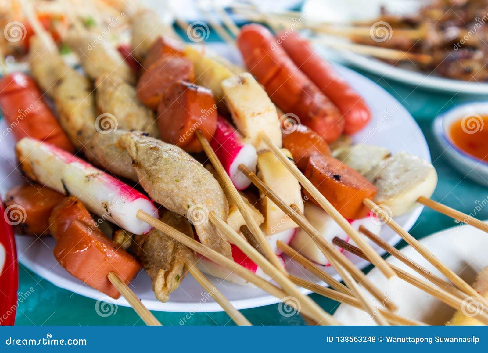 Thailändskt stilBBQ-griskött, korv, krabbapinnar