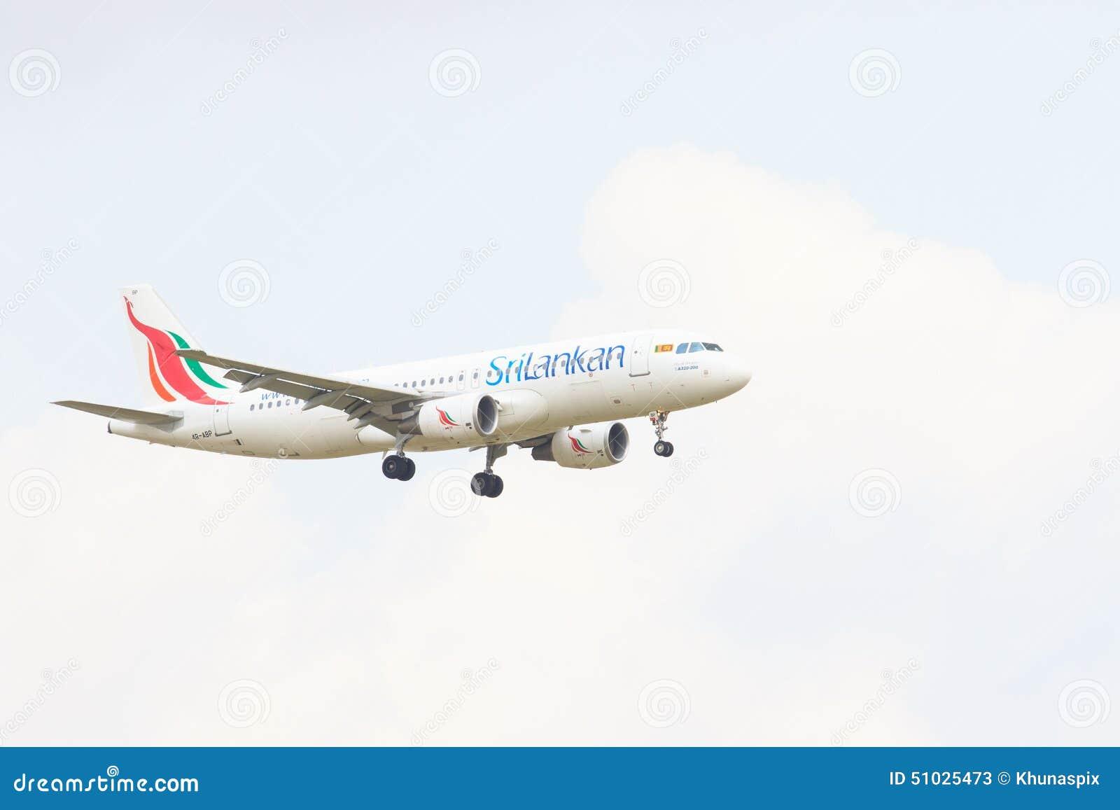 THAILAND, BANGKOK 3. MÄRZ: Flaches Fliegen der Srilankanfluglinien über SU