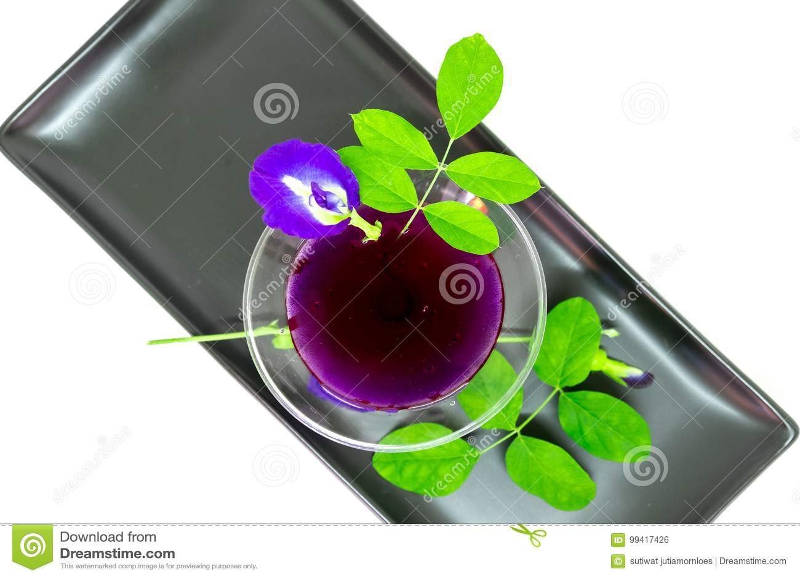 Thailand-frischer gesunder Kräuter- Getränk-Ein-Chan-Saft mit Zitronensaft-Schmetterlingserbse floweron Weißhintergrund