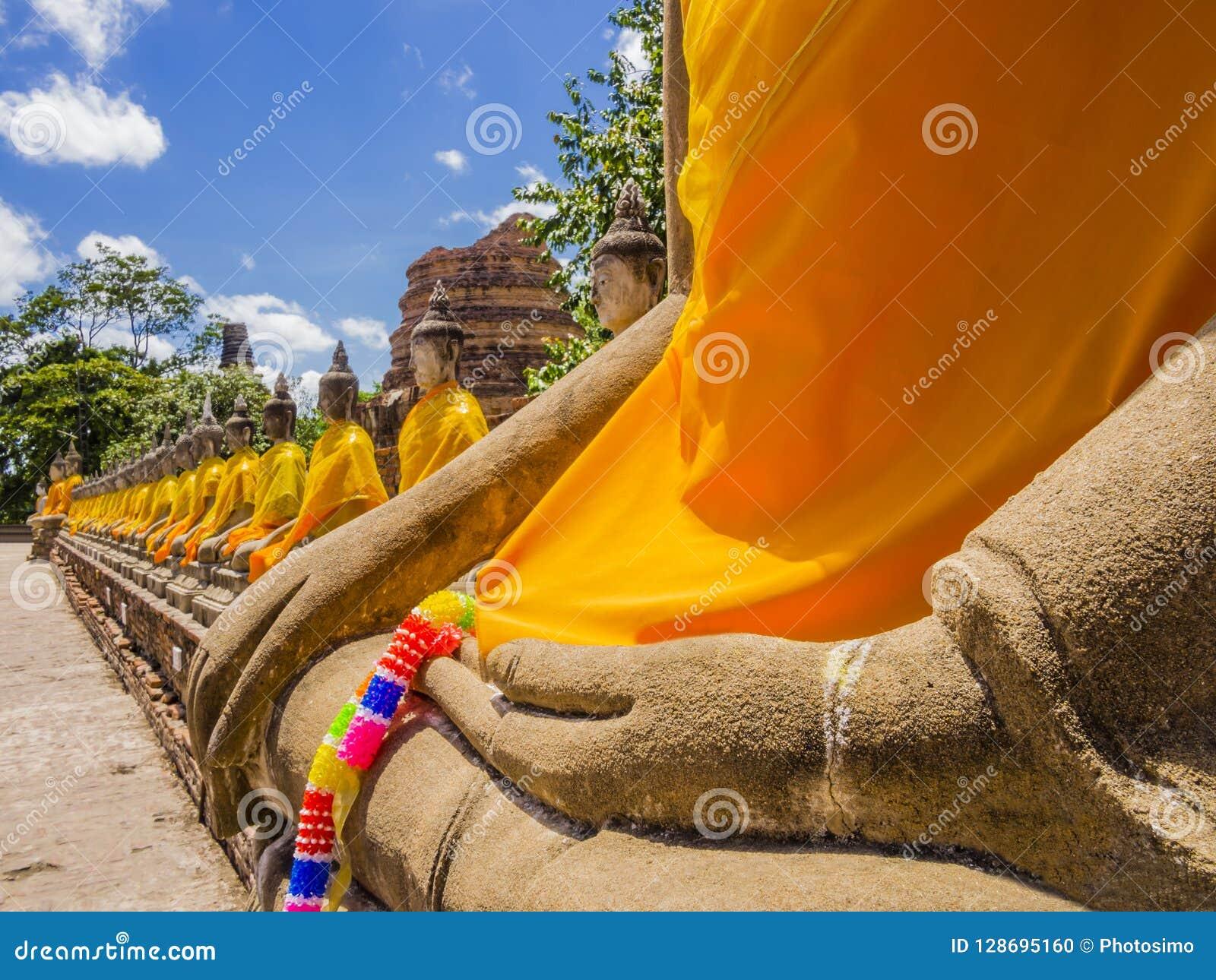 Thailand, indrukwekkende rij van de standbeelden van Boedha met oranje robes in de oude Tempel van Ayutthaya