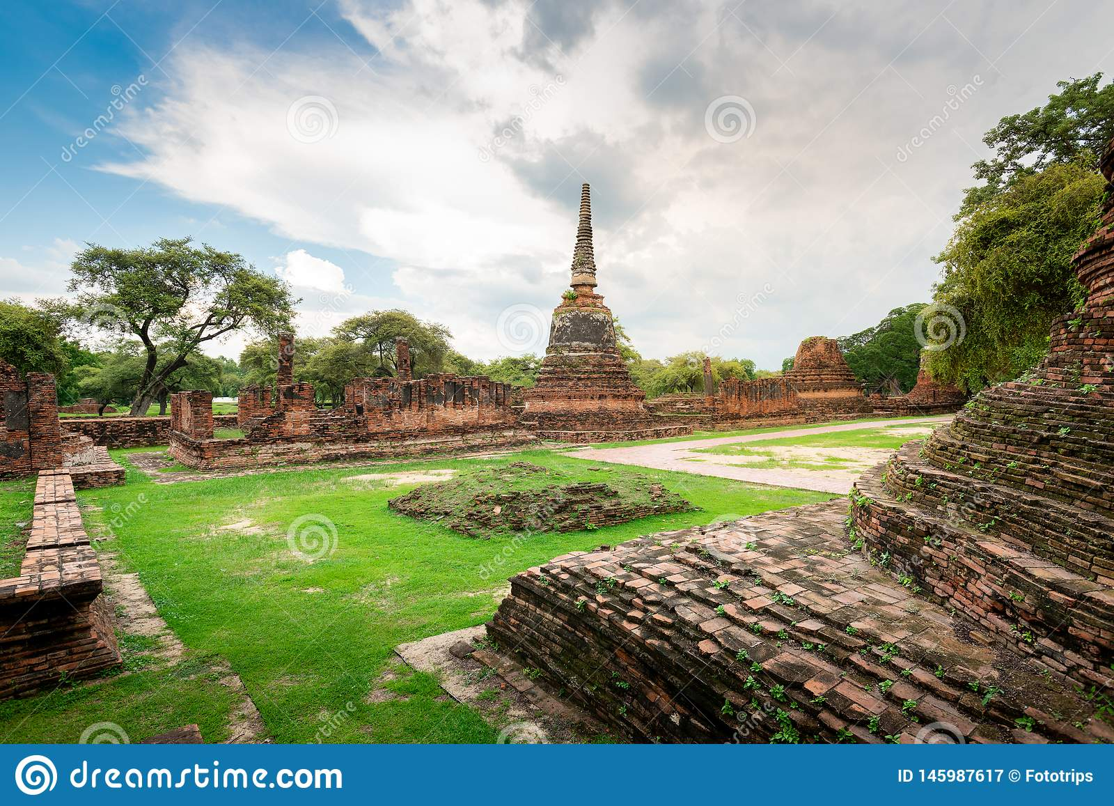 Thailand tempel - den gamla pagoden p? Wat Yai Chai Mongkhon, historiska Ayutthaya parkerar, Thailand