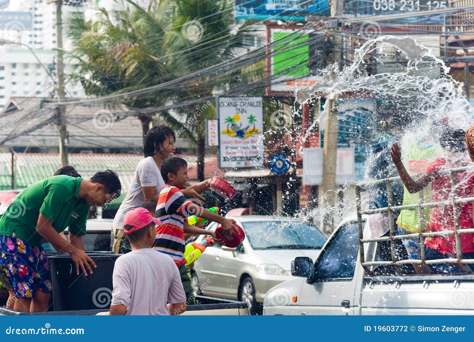 Thais familie bespattend water op festival Songkran