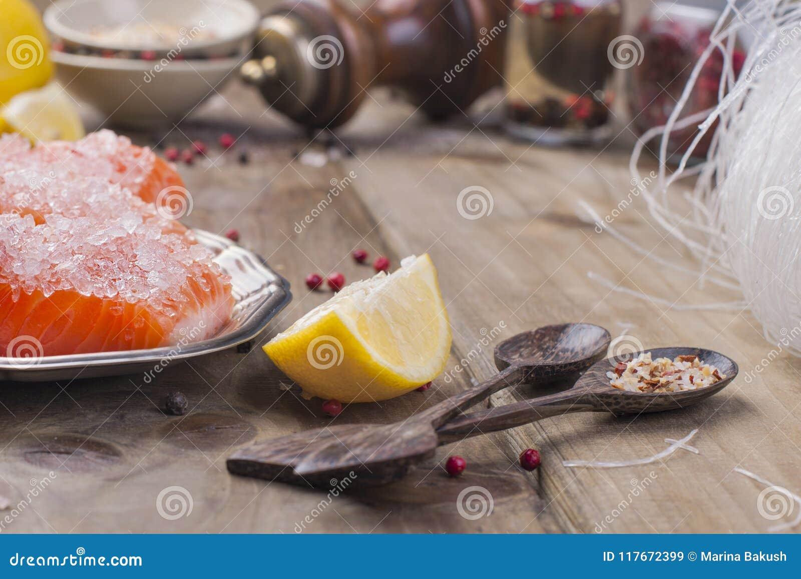Thais voedsel, ingrediënten Rijstnoedels en zalm, citroen en kruiden dieet voedsel Sabi van Stilwabi Gezond voedsel Houten achter