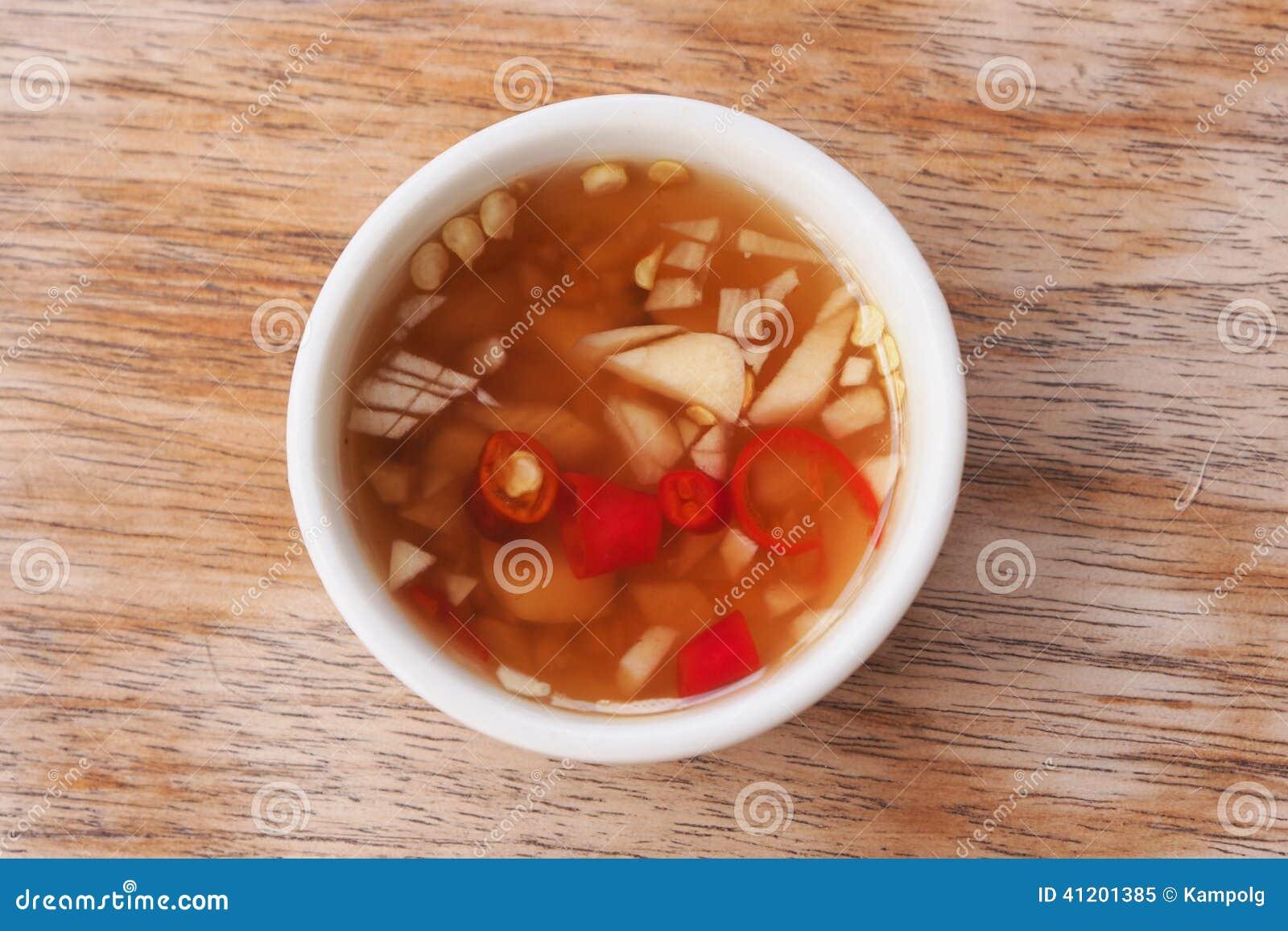 Thaise de sausmengeling van stijlvissen met kruid en knoflook om voedseltas te maken