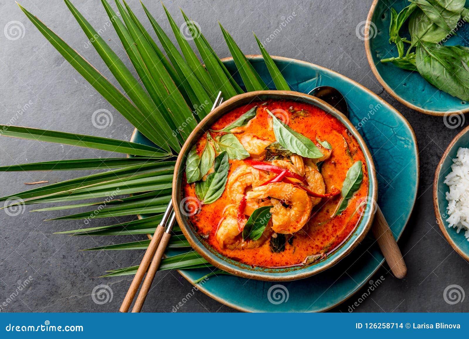 THAISE GARNALEN RODE KERRIE Soep van de de traditie rode kerrie van Thailand de Thaise met garnalengarnalen en kokosmelk Panaengk