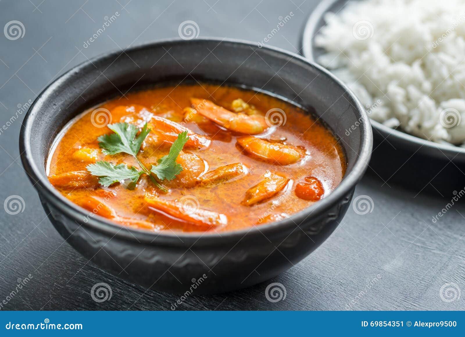 Thaise gele kerrie met zeevruchten en witte rijst