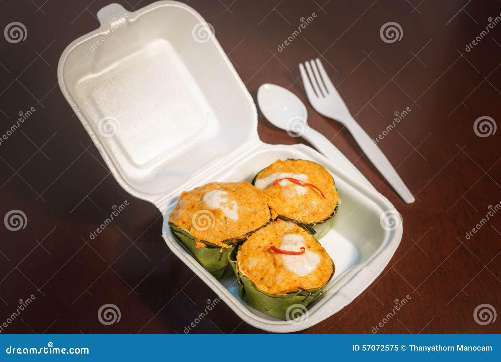 Thaise gestoomde Vissenkerrie in schuimplasticdoos