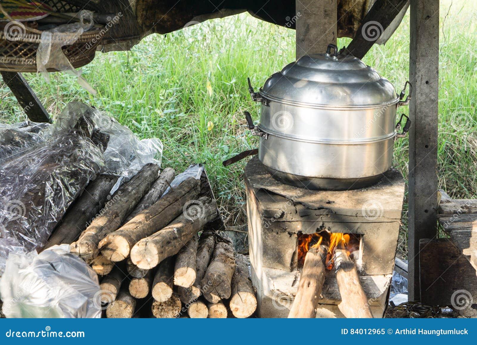 Thaise het koken stijl stoompot op uitstekend lokaal brand fornuis