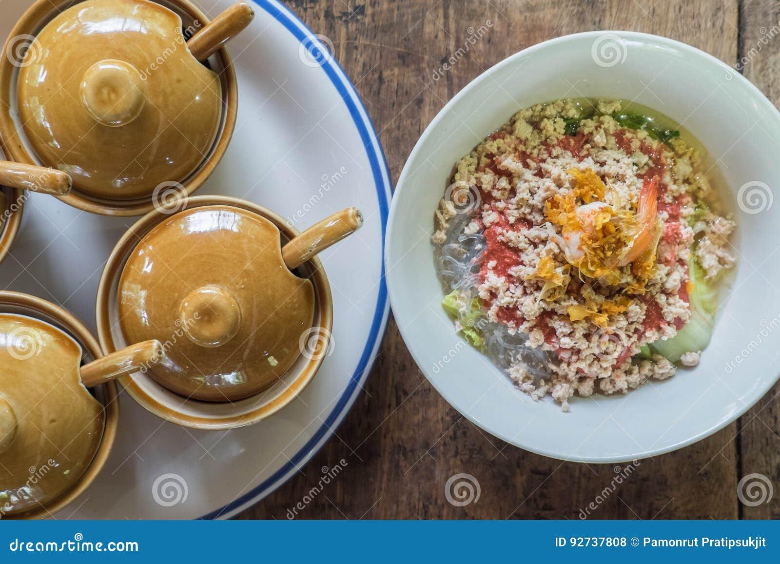 Thaise Keuken Sukiyaki met putje op houten achtergrond en condime