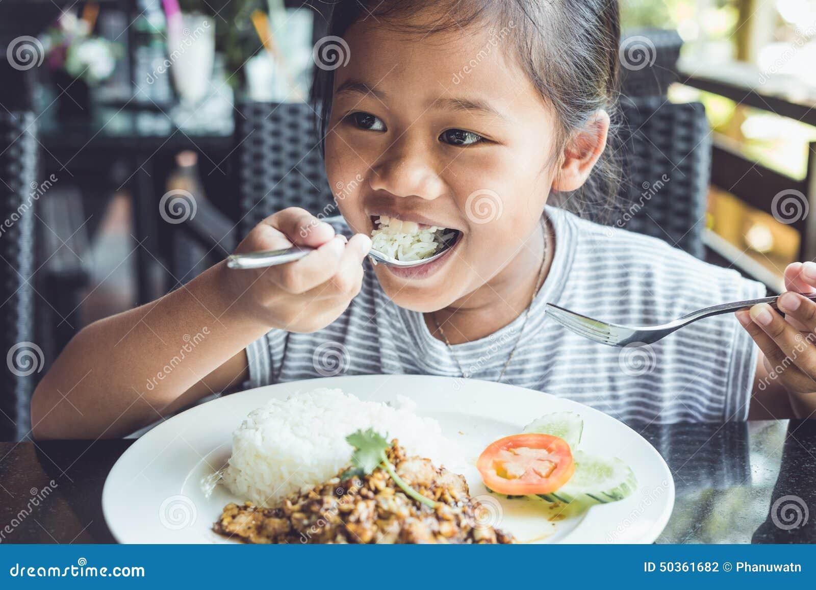 Thaise kinderen die in restaurant eten
