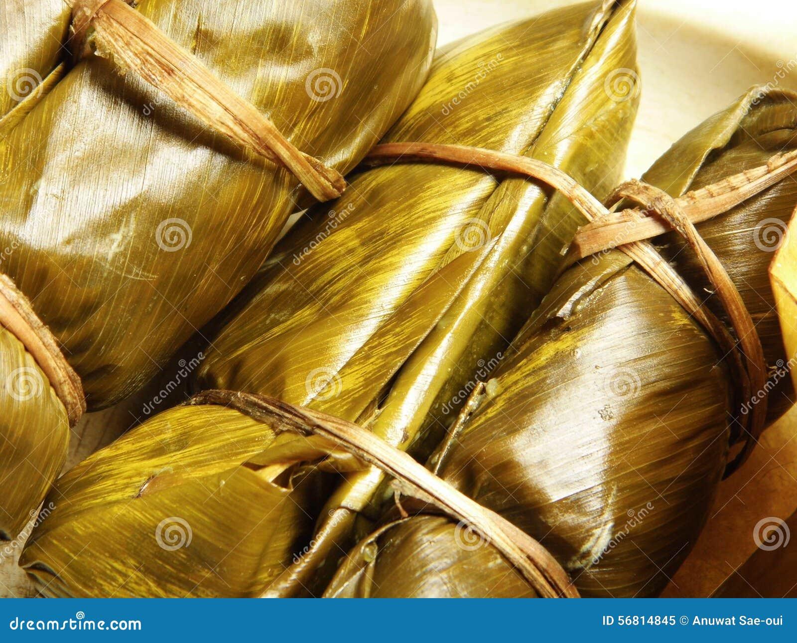 Thaise Kleverige die Rijst in Banaanblad wordt verpakt