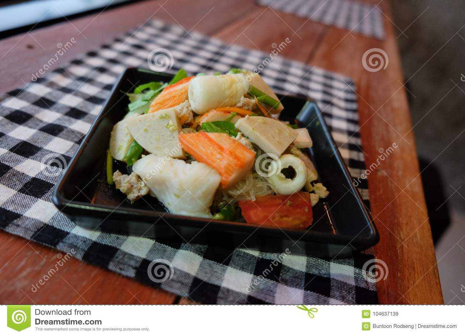 Download Thaise Salade Zure & Kruidige Zeevruchten Met Tomaat, Glasnoedel Stock Afbeelding - Afbeelding bestaande uit knolselder, glas: 104637139