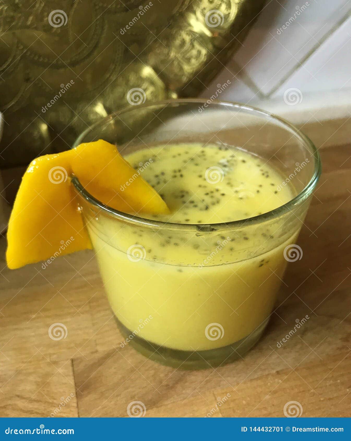 Thaise smoothie met mango, appel en zaden