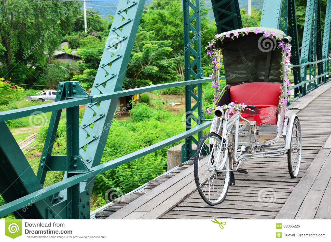 Thaise stijl met drie wielen op Brug over Pai River in Pai in Mae Hong Son Thailand