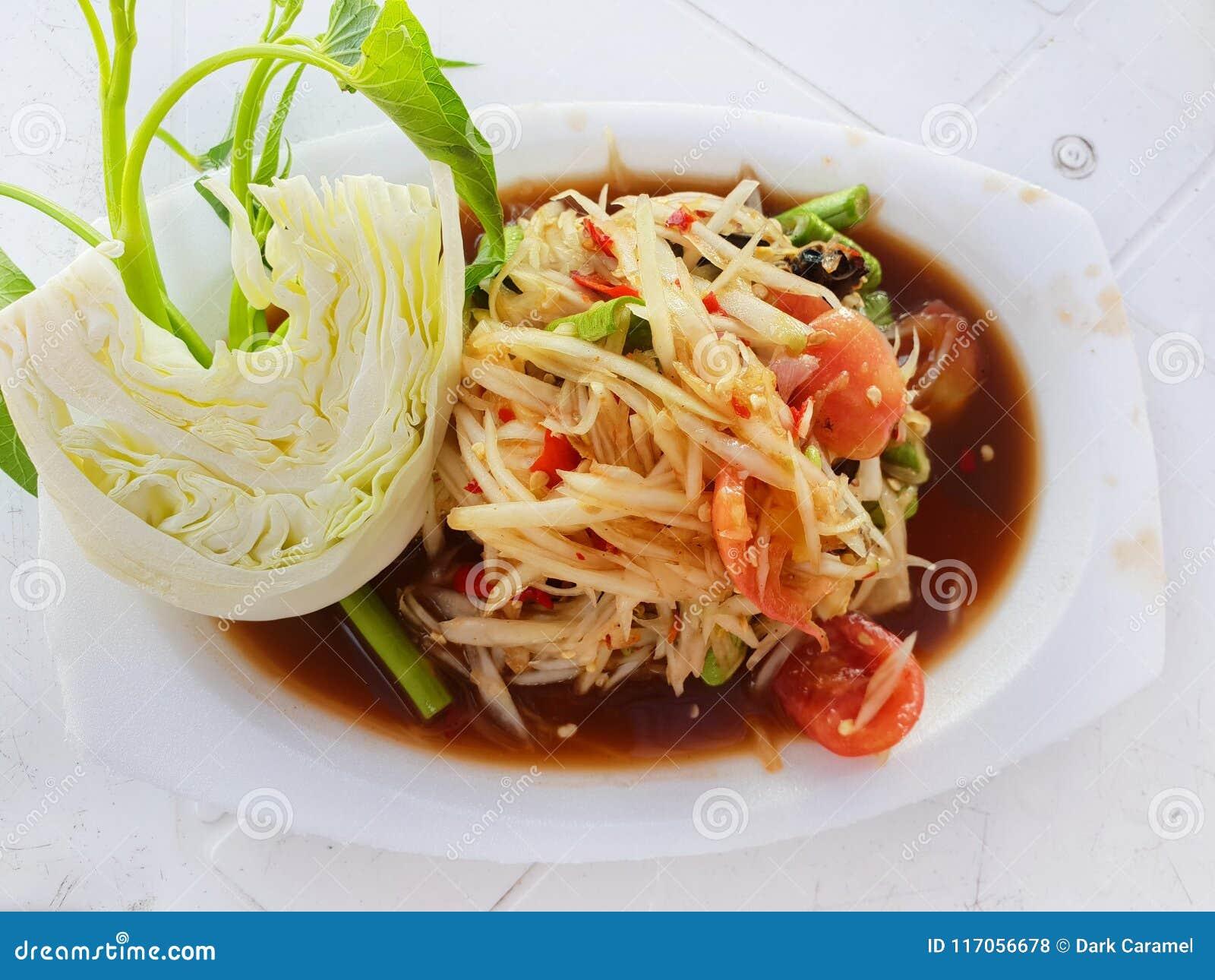 Thaise voedselstijl, Papajasalade met tomaat, garnalen, Spaanse peper, boon, ochtendglorie en kool op witte plaat