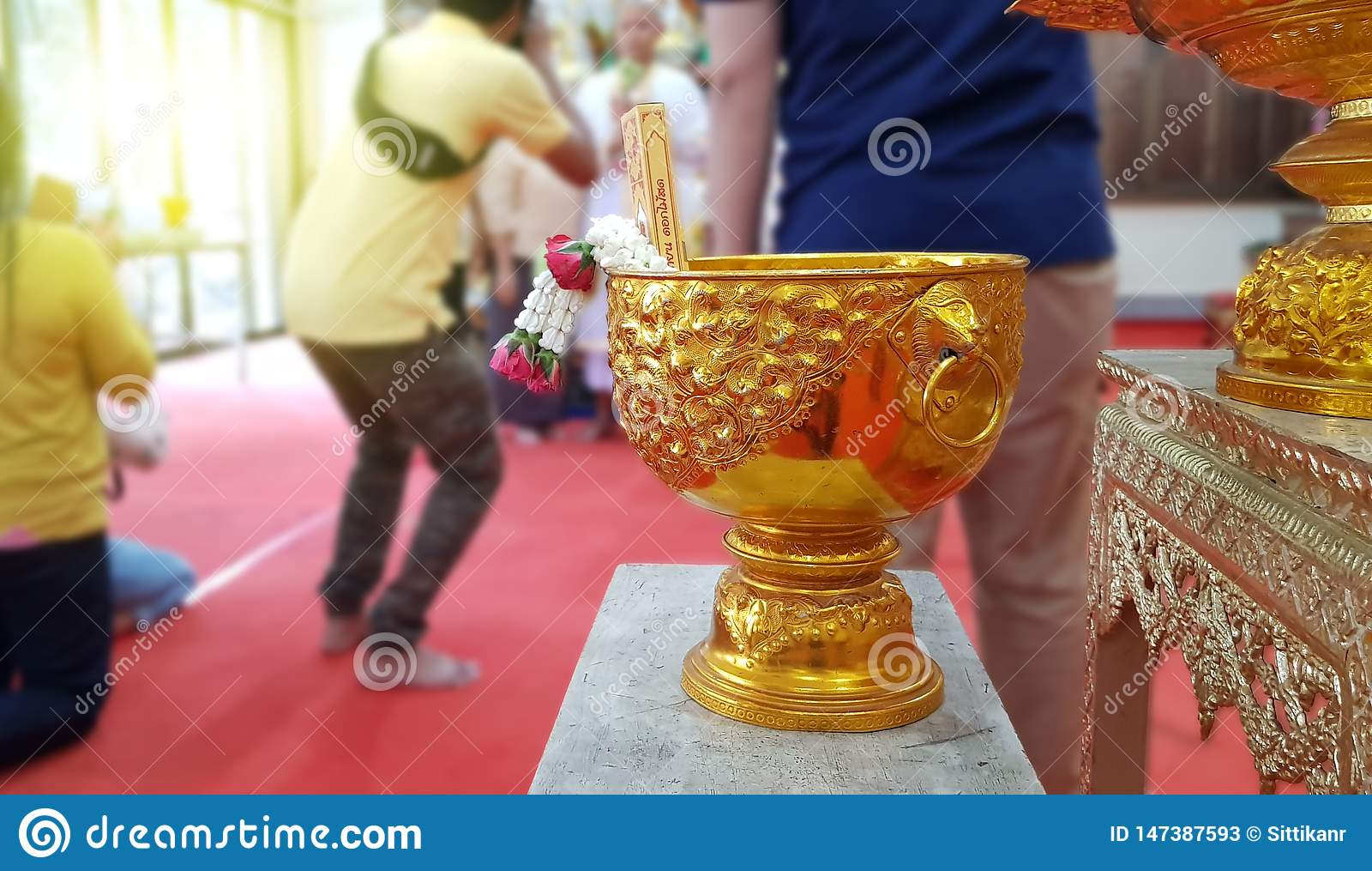 Thaise waterkom op vage achtergrond, Thaise Ordeningsceremonie, Thaise Cultuur voor de Elke Mens die een Nieuwe Monnik of een Pri