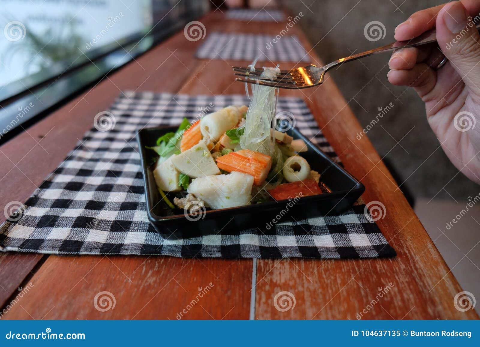 Download Thaise zure salade stock afbeelding. Afbeelding bestaande uit fusie - 104637135