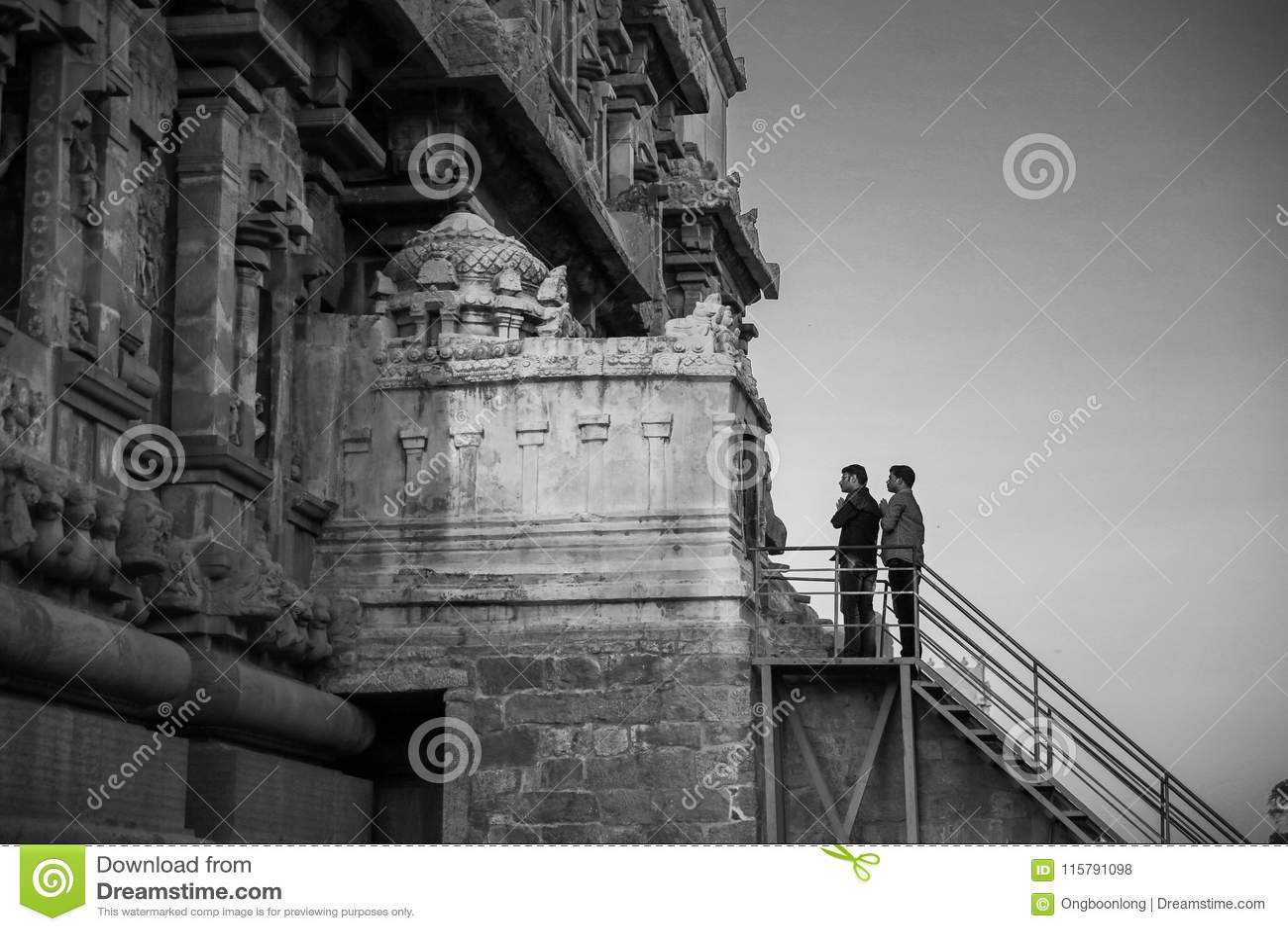 Thanjavur, Индия - 23-ье февраля 2017: 2 индийских люд моля на Br