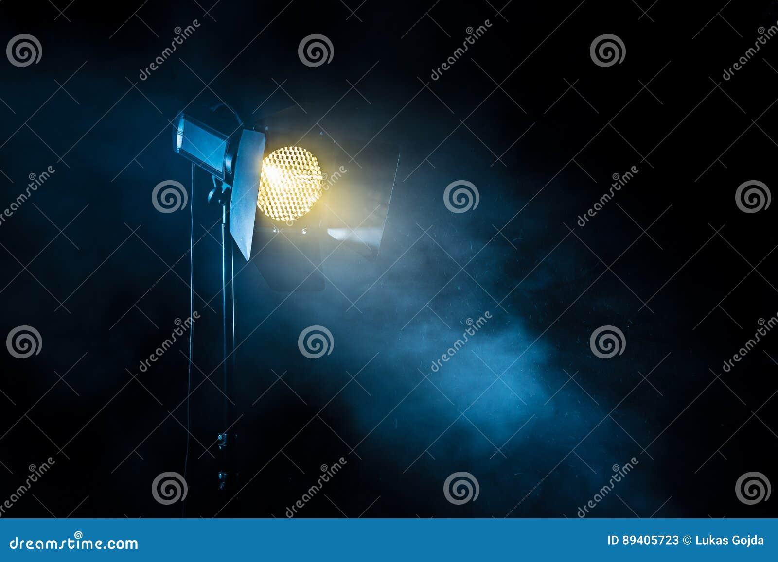 Theaterscheinwerferlicht auf schwarzem Hintergrund