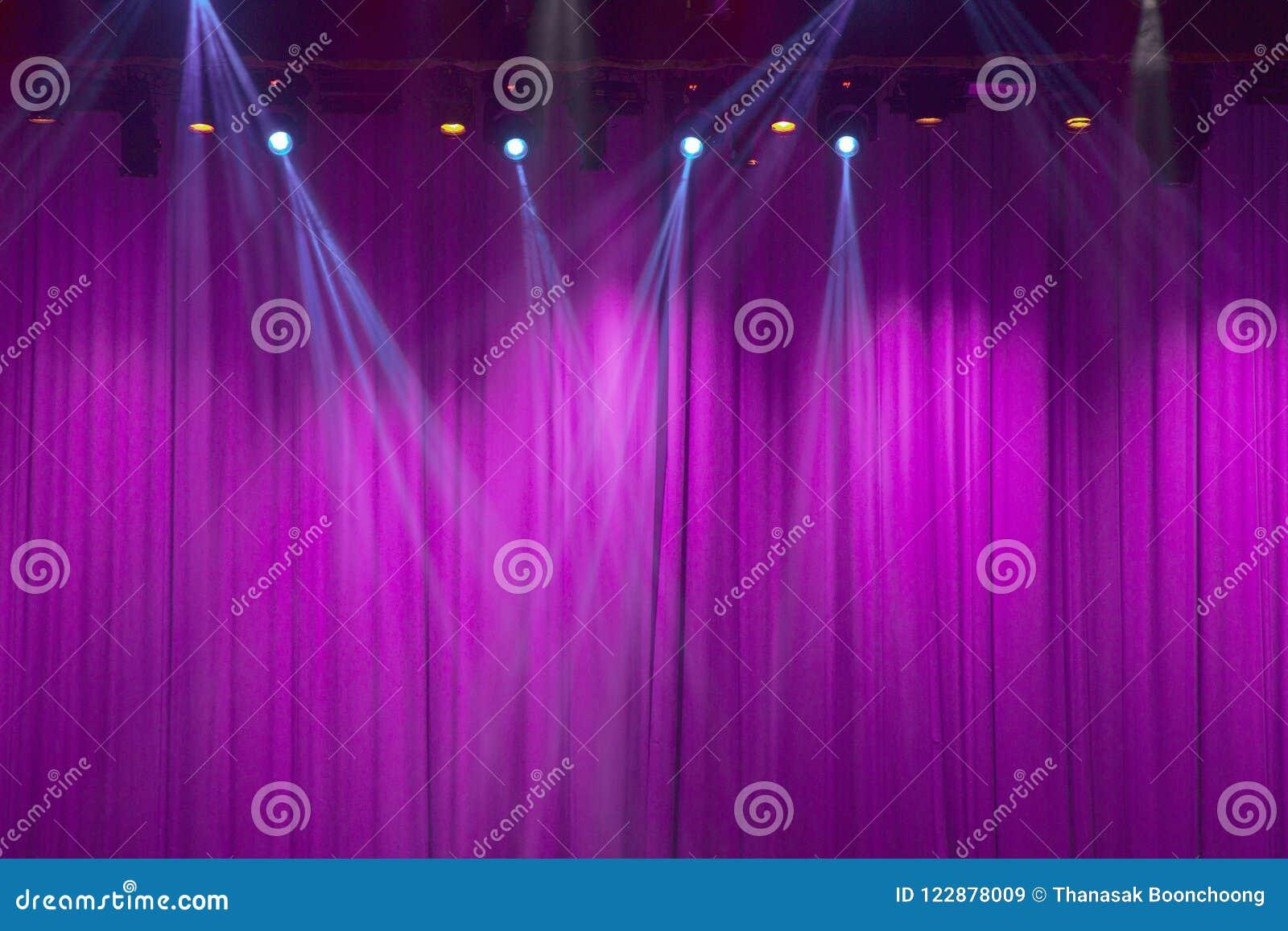 Theaterstadium mit purpurroten Vorhängen