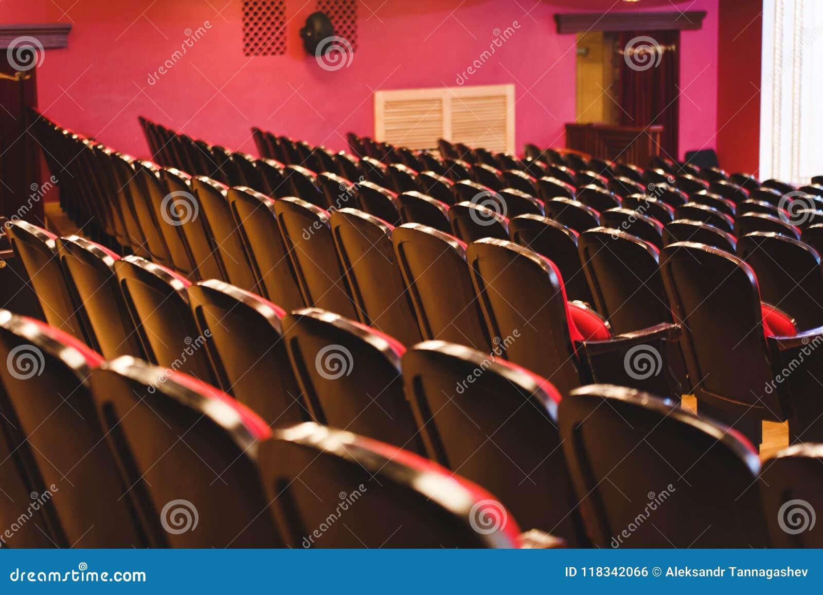 Theaterzaal voor bezoekers met mooie stoelen van Bourgondië-Rode fluweelstoelen vóór de show