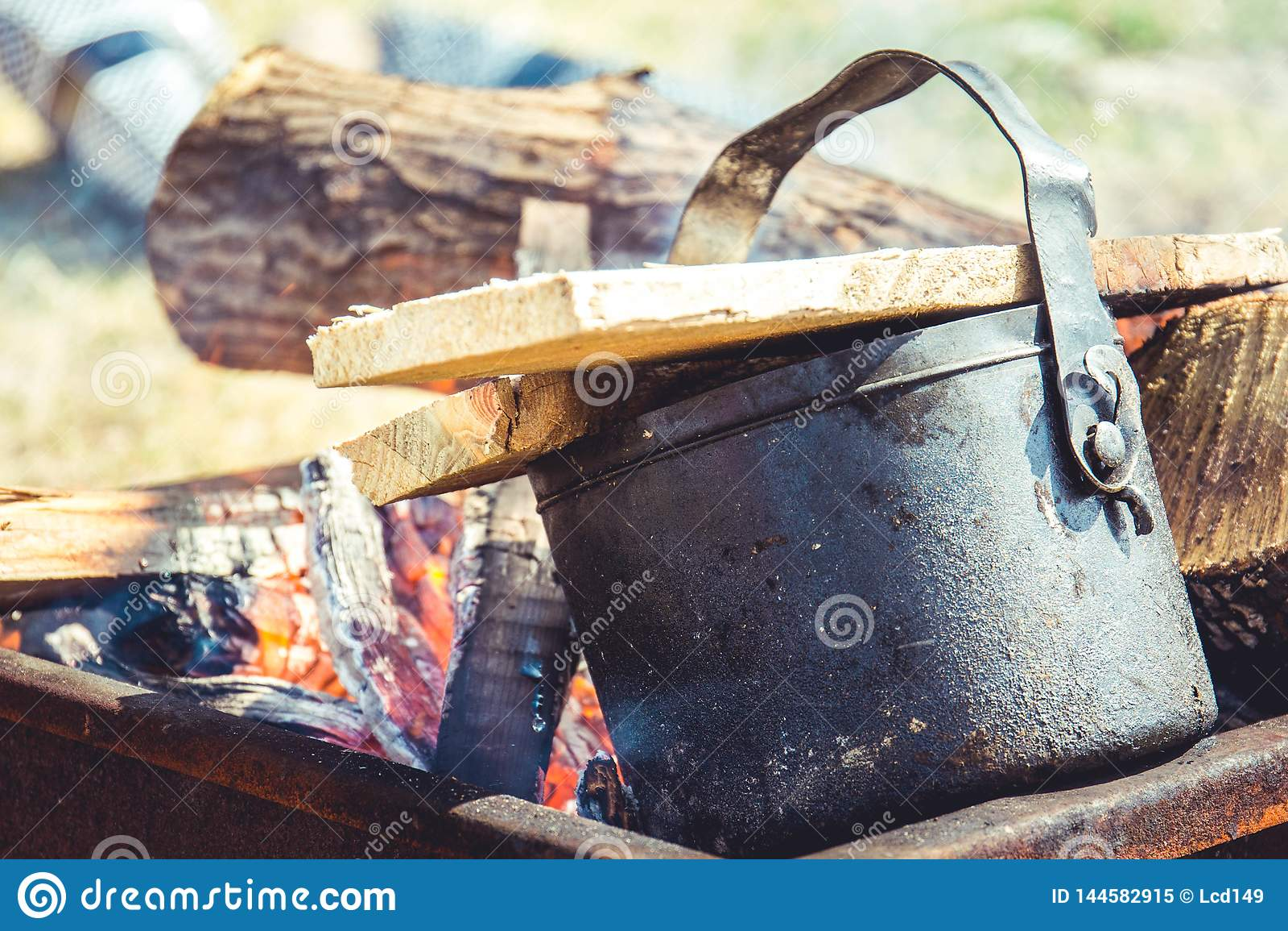 Thee het brouwen op een brand