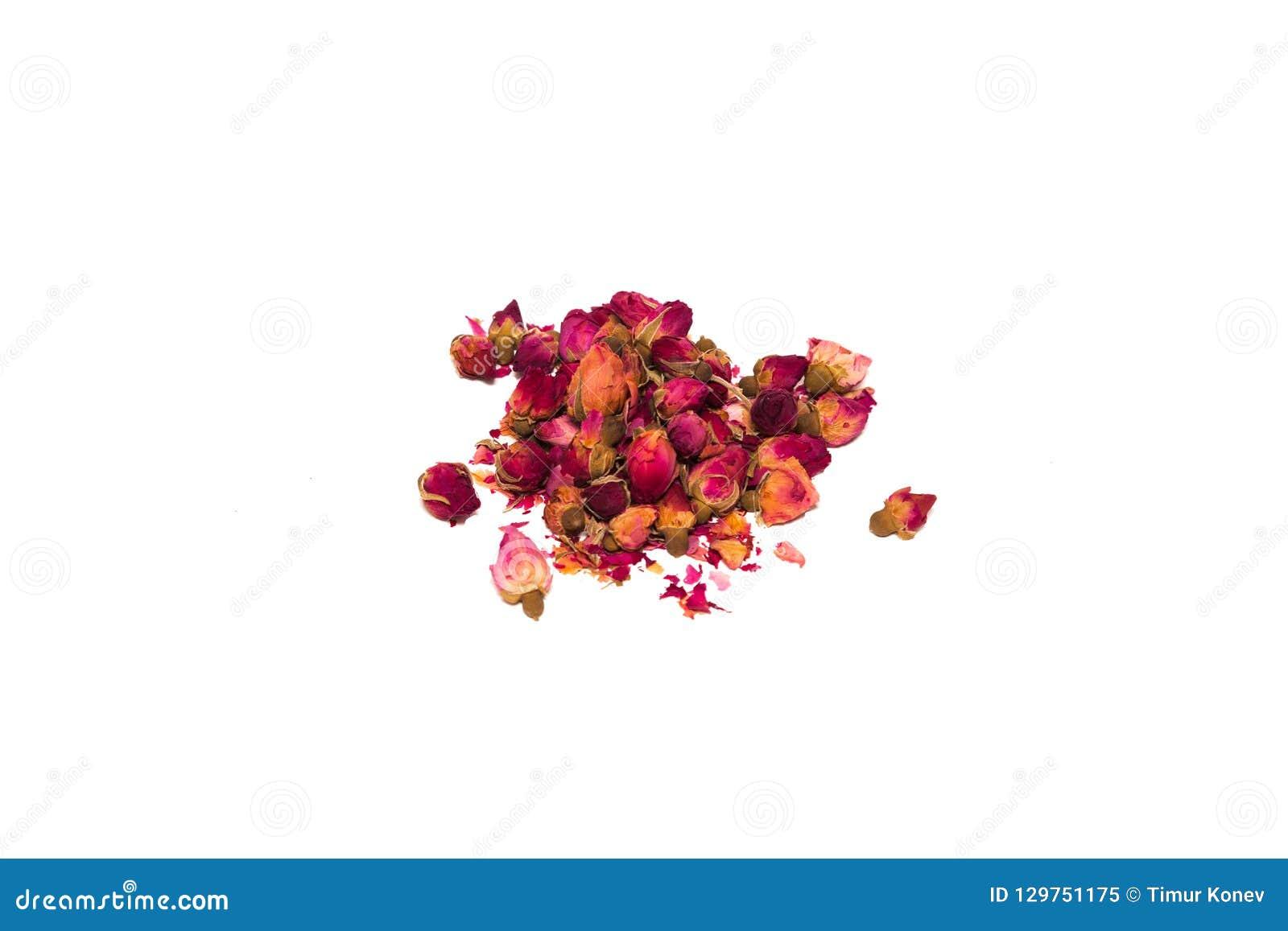 Thee van bloemblaadjes en rosebuds op de lijst in een bos worden verspreid die
