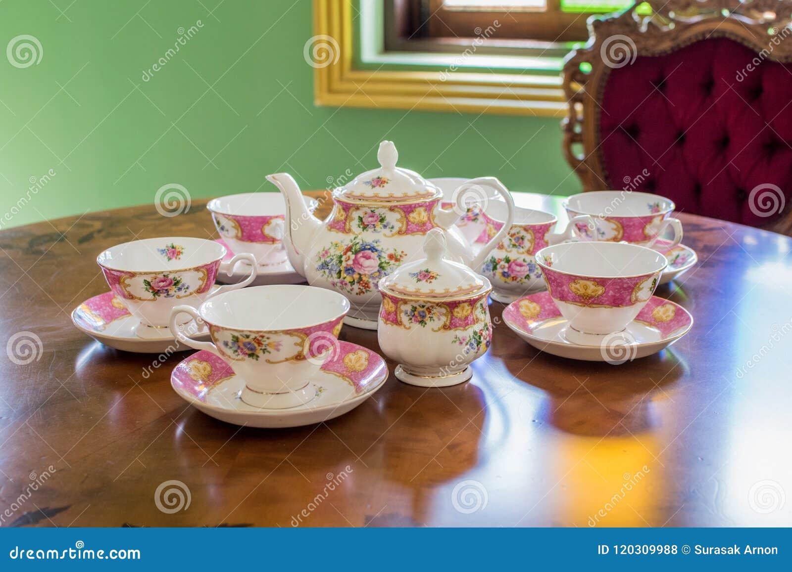 Theepot en glas witte thee