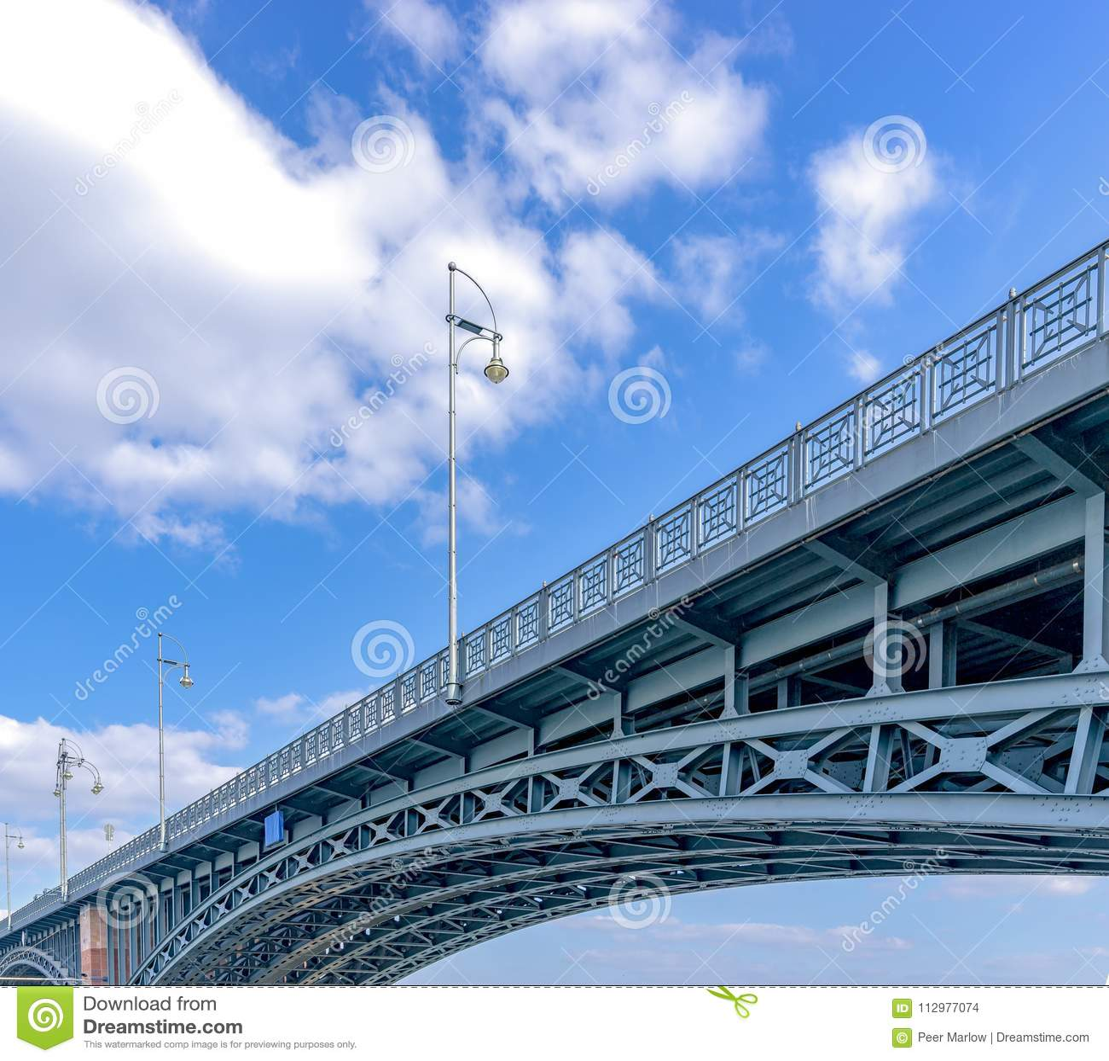 The Theodor-Heuss Bridge connects Mainz Kastel City with Wiesbaden City