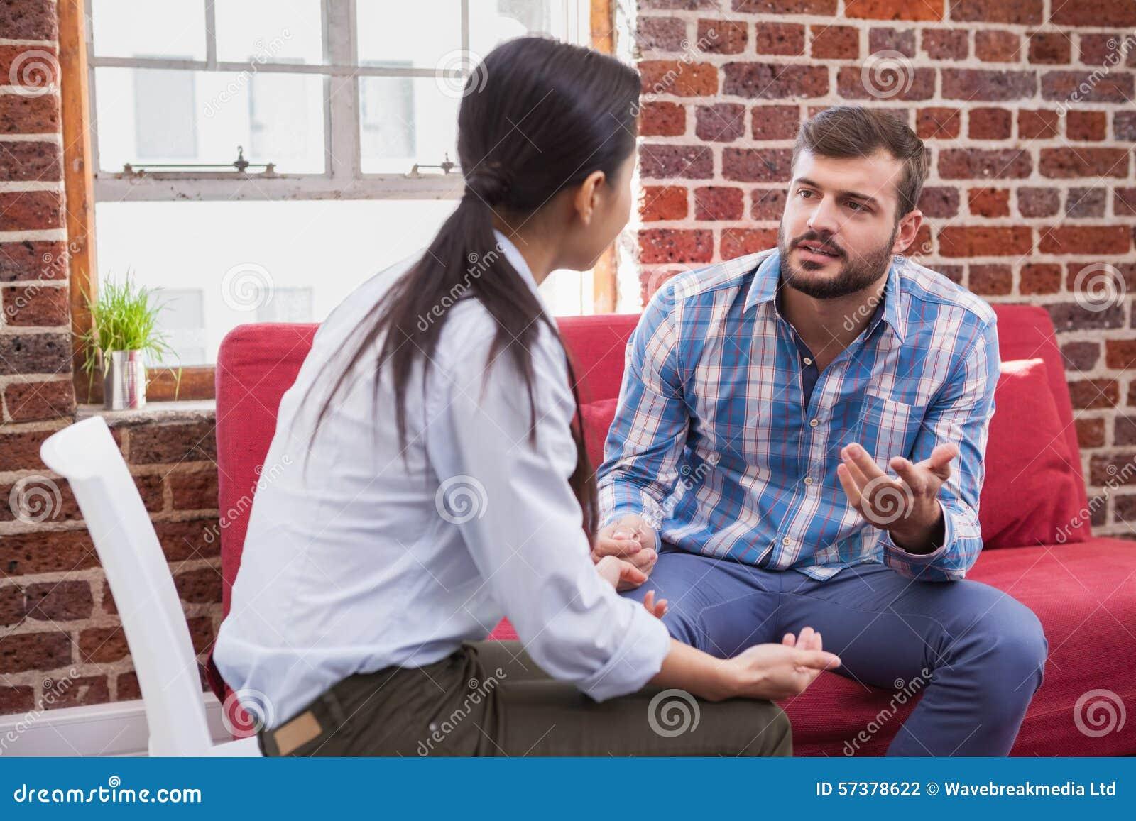 Therapeut die aan haar patiënt luisteren