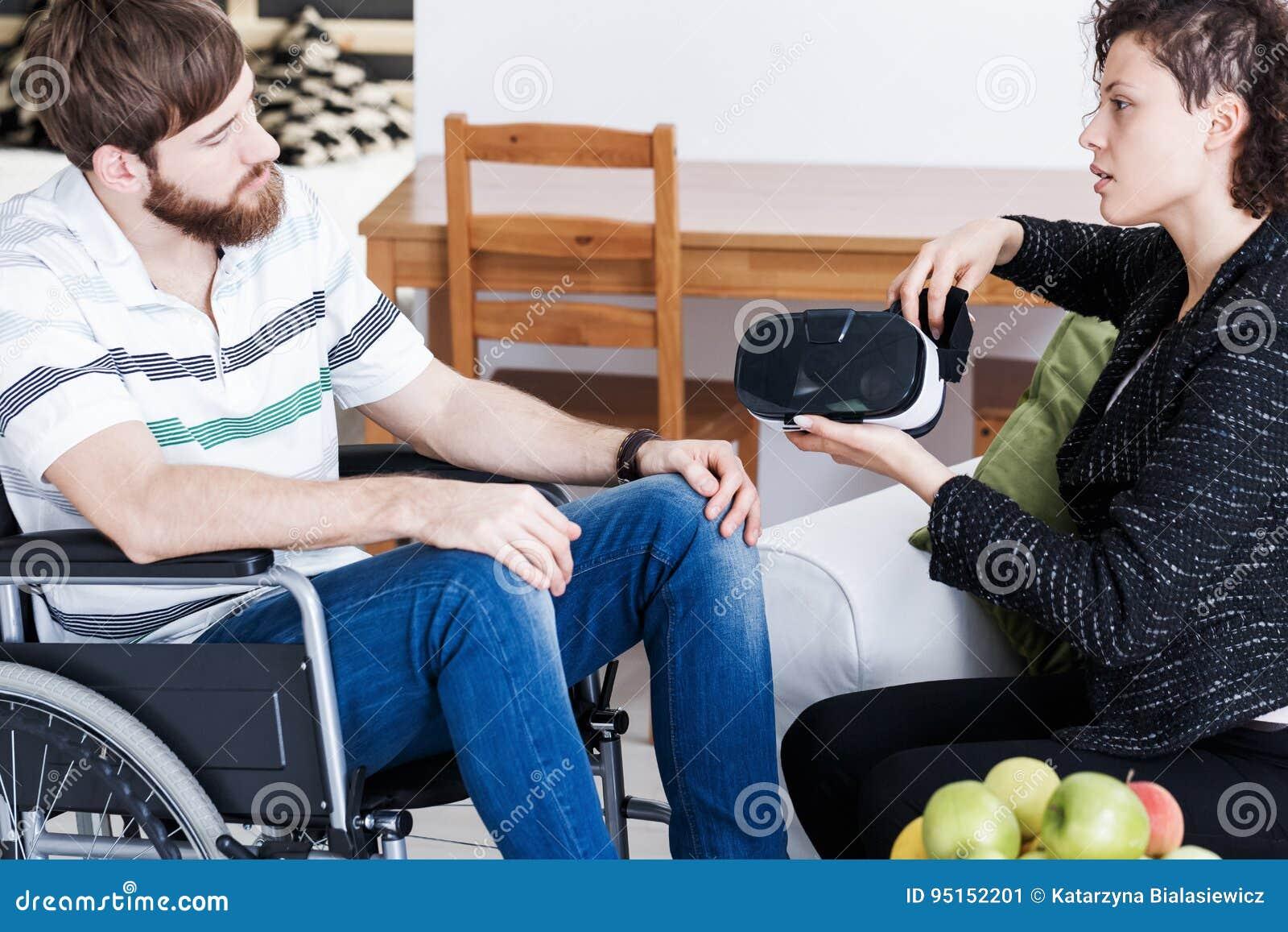 Therapeut die VR-beschermende brillen tonen aan patiënt