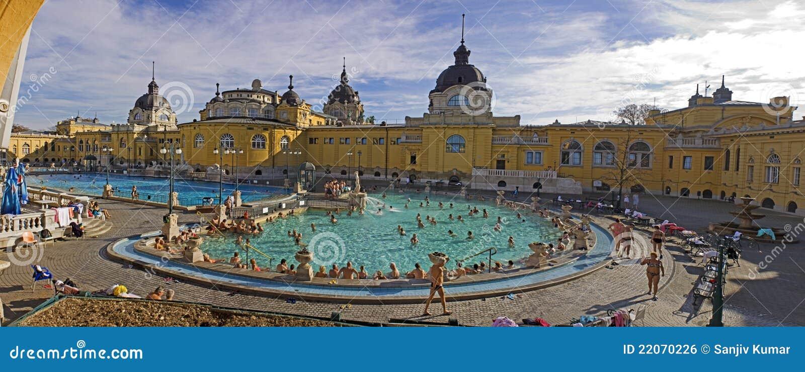 Thermisch bad en kuuroord in boedapest redactionele foto afbeelding 22070226 for Foto in het bad