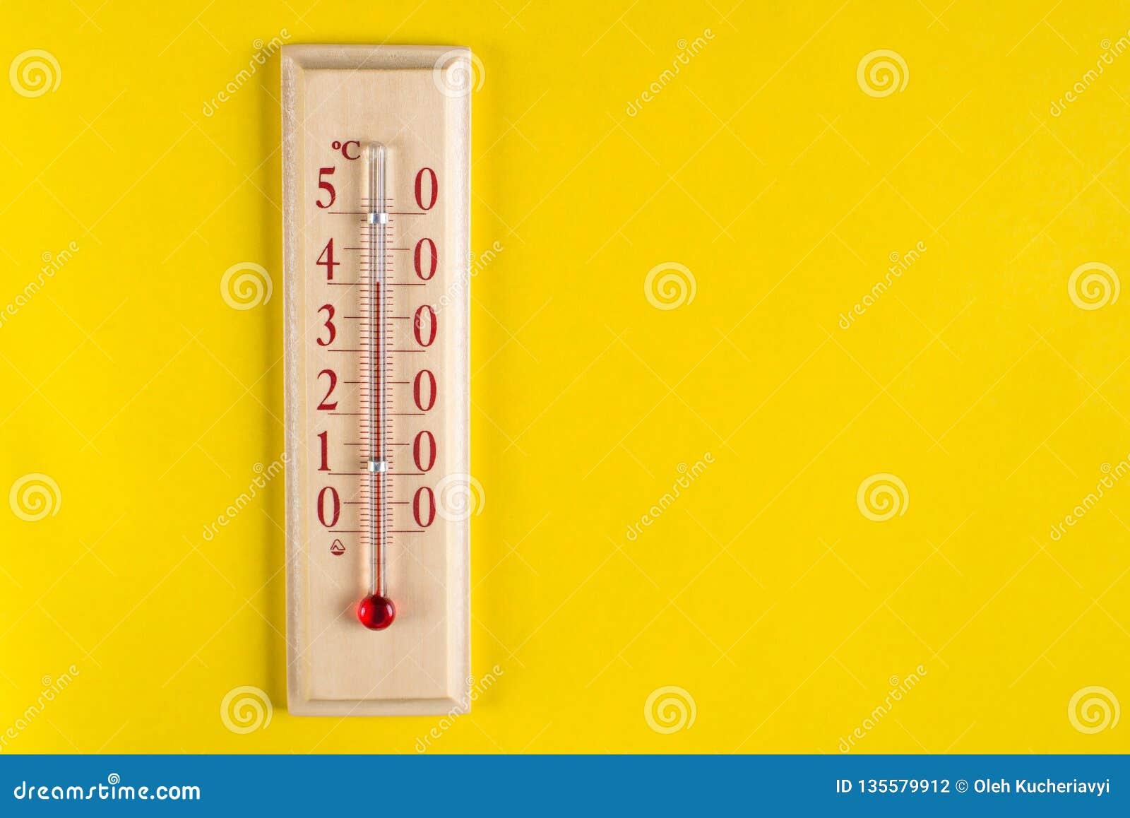 Thermomètre pour la température de l air de mesure sur le fond jaune