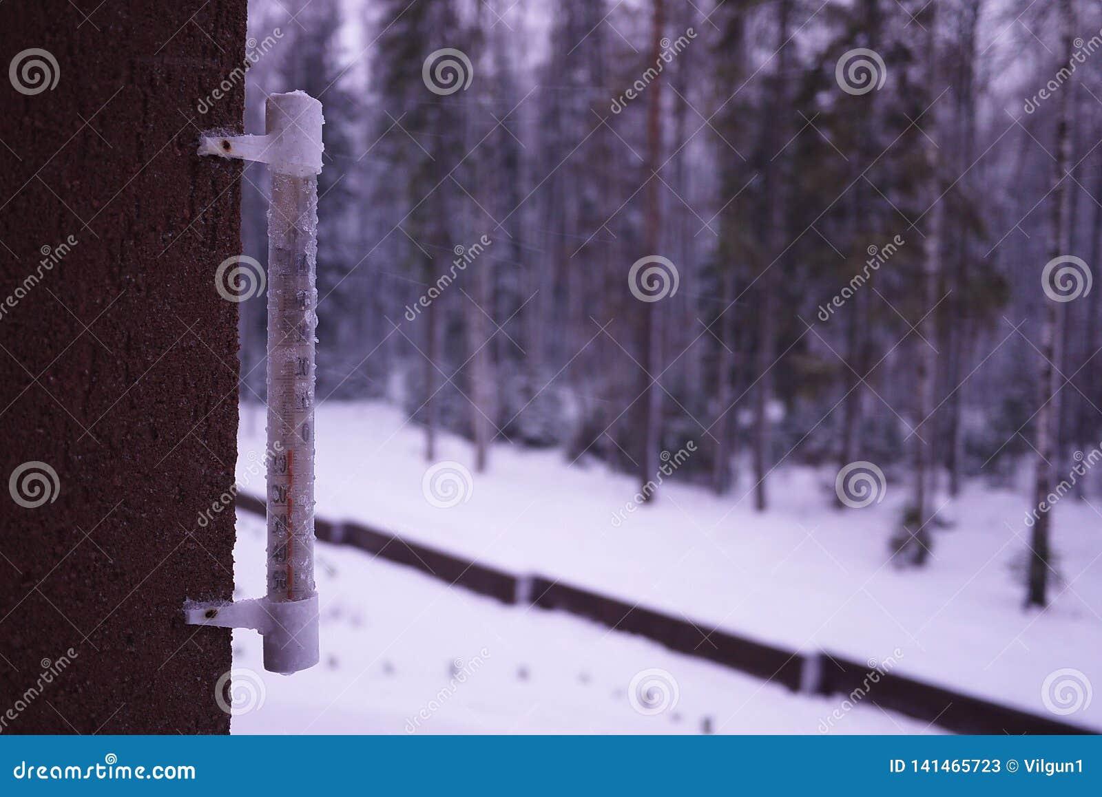Thermomètre un jour froid ou des mesures chaudes de jour la température Thermomètre analogue