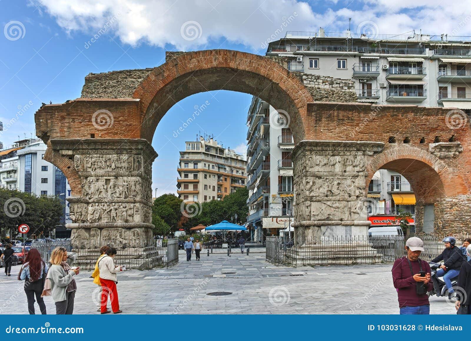 THESSALONIKI GREKLAND - SEPTEMBER 30, 2017: Roman Arch av Galerius i mitten av staden av Thessaloniki, centrala Makedonien