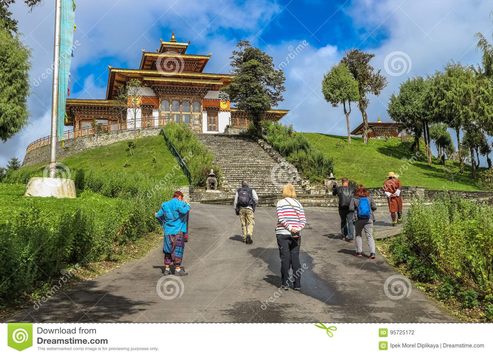Thimphu, Bhutan - 10 settembre 2016: Turisti che camminano tramite il tempio di Druk Wangyal Lhakhang, passaggio di Dochula, Bhut